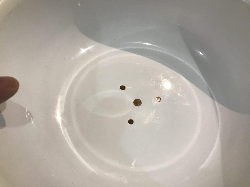 100均の洗面器にドリルで穴を空けます