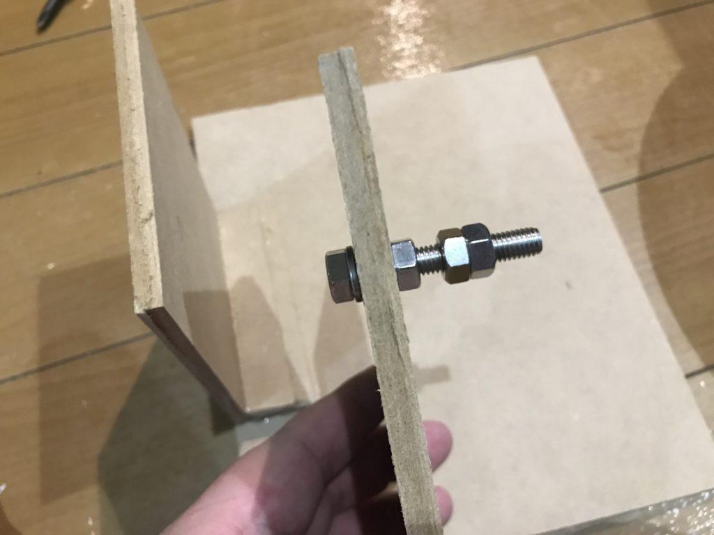 100均の台座にボルトを取り付けます
